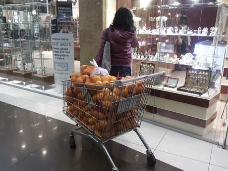 А мы тут апельсинчиками балуемся... Девушка с тележкой в торговом центре. Мои фотографии в Контакте