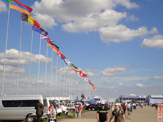 Флаги стран-участниц 10-го Международного авиационно-космического салона МАКС-2011