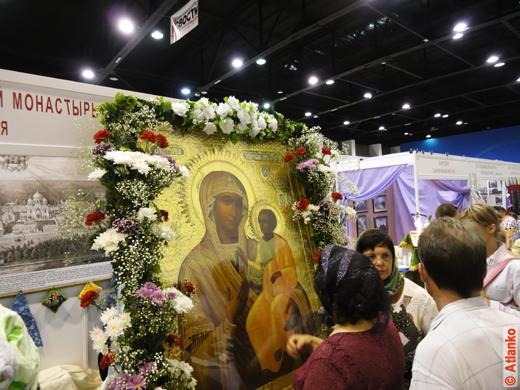 Икона на XVII Международной православной выставке-ярмарке. Человек молится