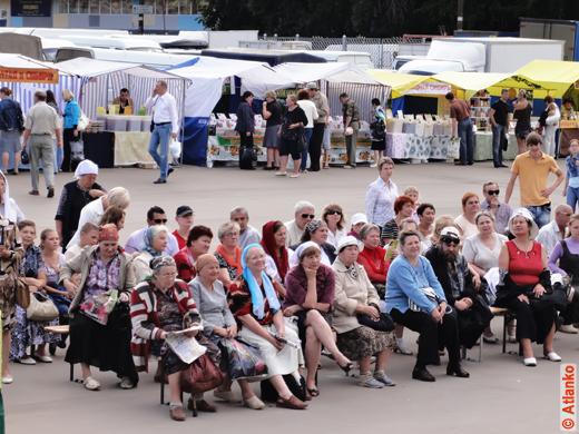 Люди смотрят выступление на XVII Международной православной выставке-ярмарке Нижегородский край - Земля Серафима Саровского