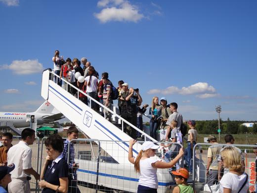 Любопытные посетители авиасалона МАКС-2011. Фотографируют самолёты
