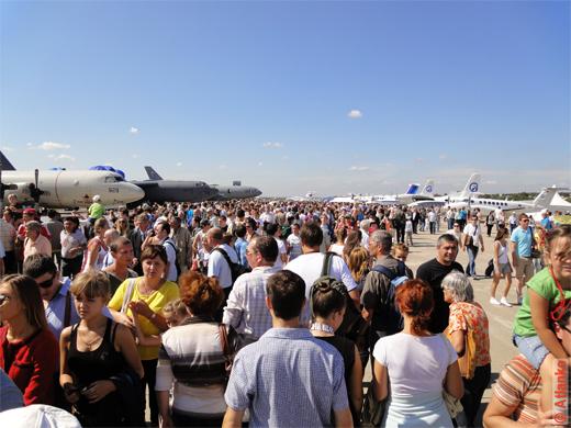 Посетители Международного авиационно-космического салона МАКС-2011