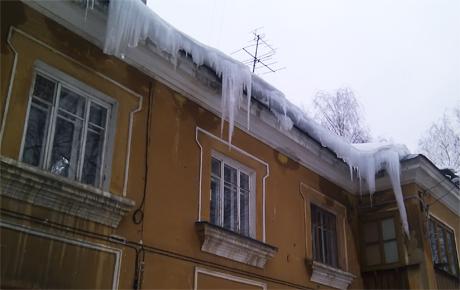 Большие сосульки свисают с крыши дома. Нижний Новгород
