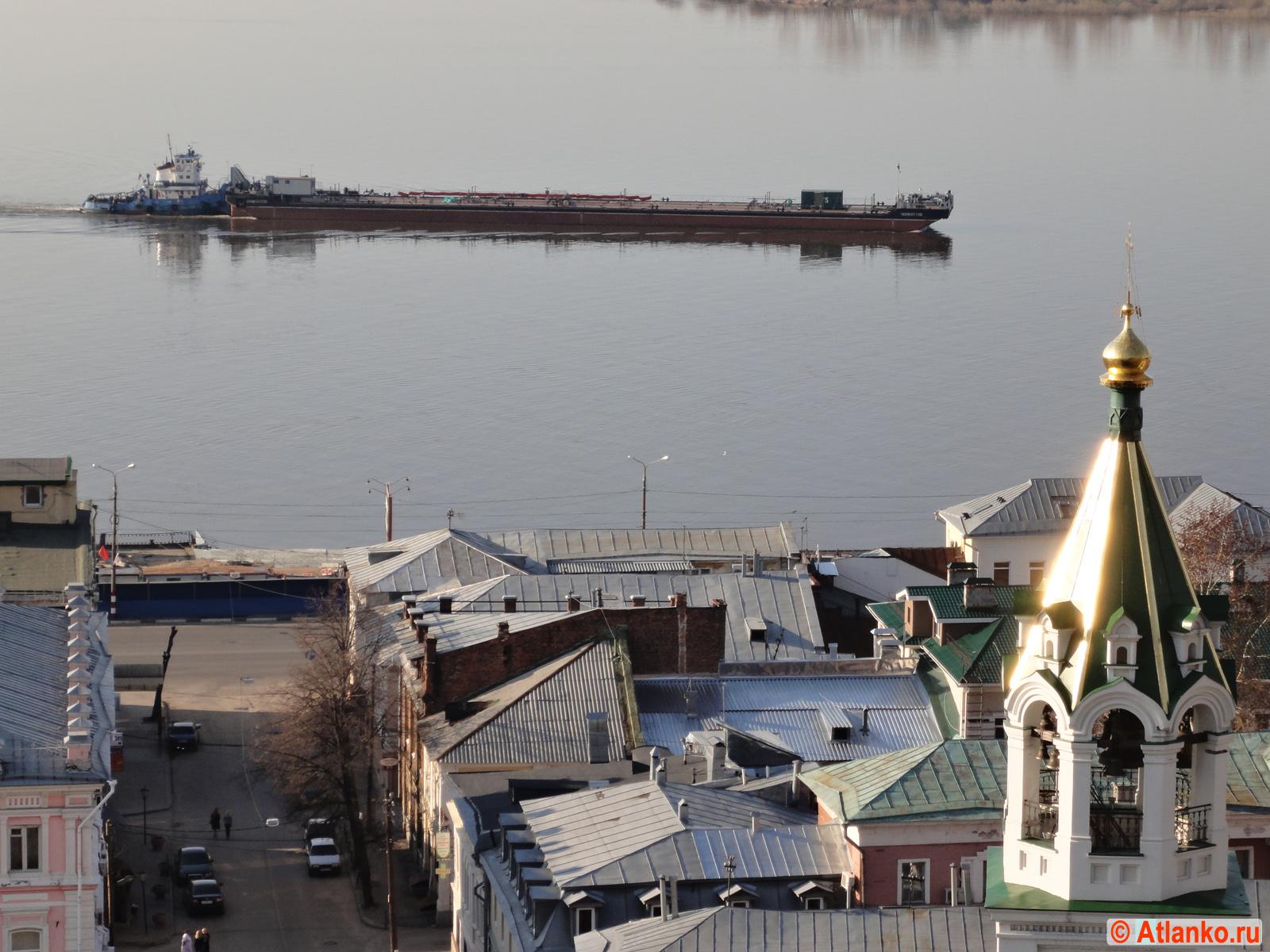 Баржа на реке Волга около Стрелки, напротив Нижегородского Кремля. Нижний Новгород. Фотография
