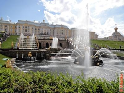 Большой каскад и Большой Петергофский дворец. Фонтаны Петергофа. Санкт-Петербург. Фотография