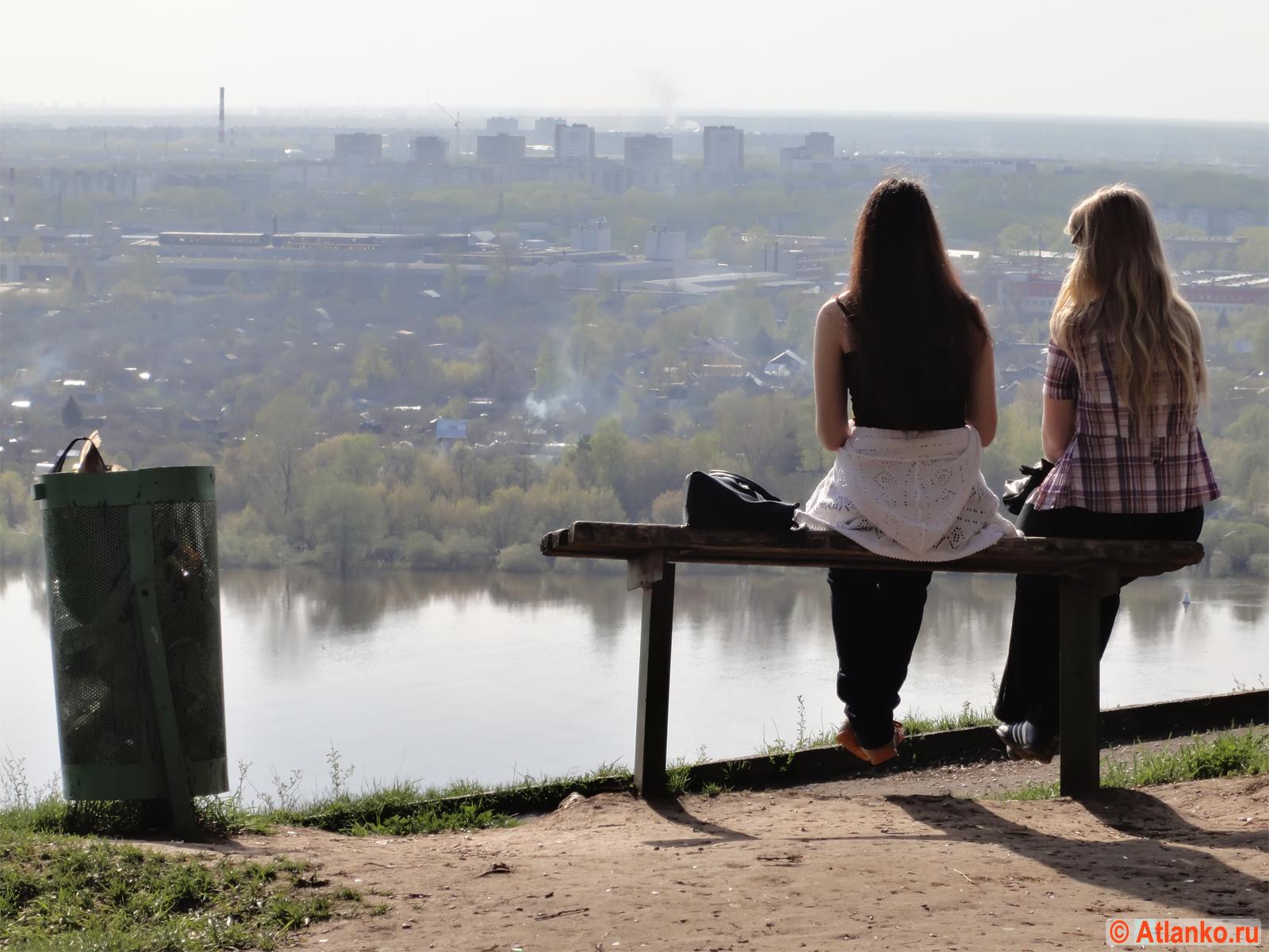 Сидят девчонки... на берегу реки в Нижнем Новгороде. Фотография. Интересное фото