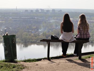 Сидят девчонки... на берегу реки Ока в Нижнем Новгороде. Фотография