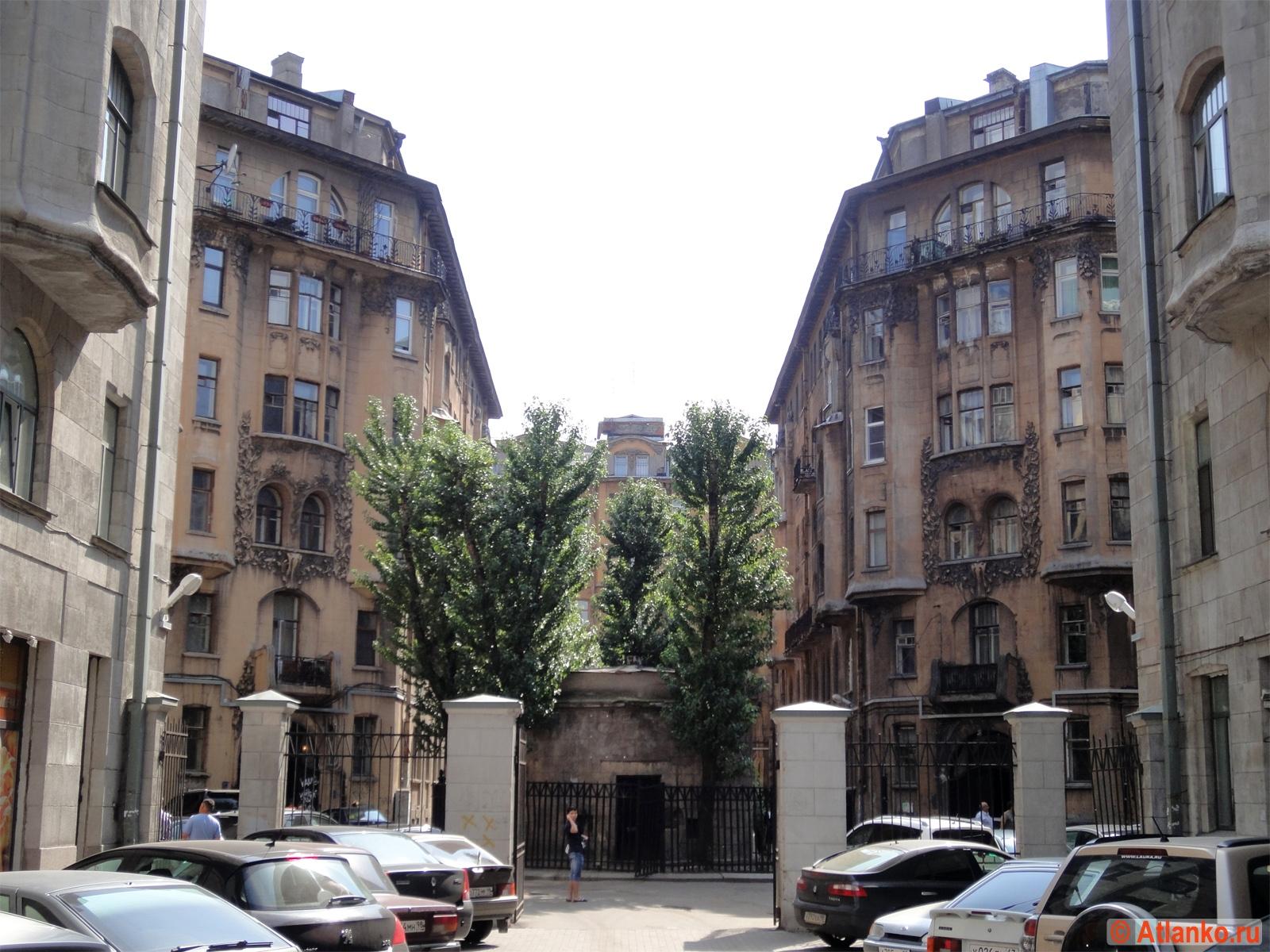 Два одинаковых петербургских дома. Симметрия. Санкт-Петербург. Фотография