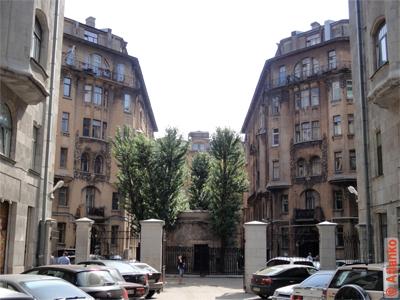 Два одинаковых дома. Симметрия. Санкт-Петербург. Фотография