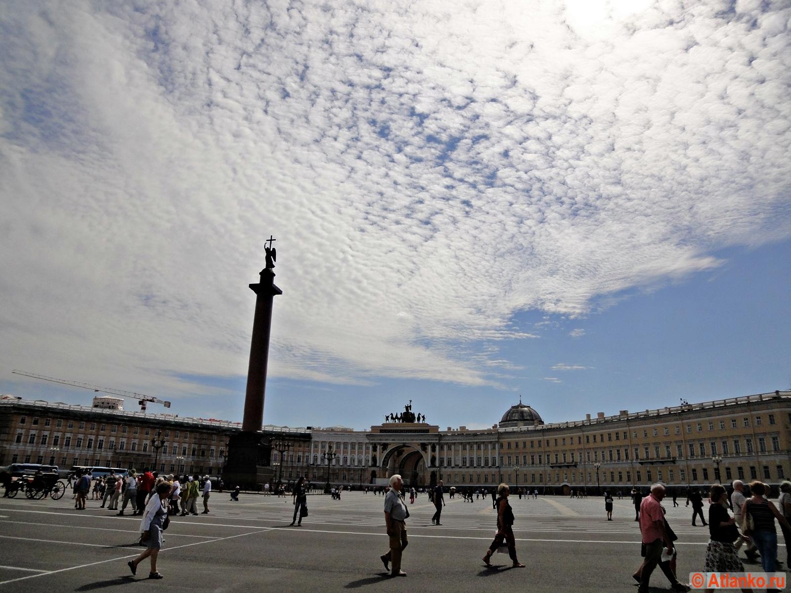 Дворцовая площадь - главная площадь Северной столицы России. Санкт-Петербург. Фотография