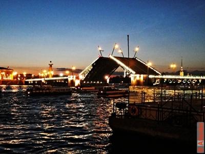 Дворцовый мост ночью, развод моста. Санкт-Петербург. Фотография