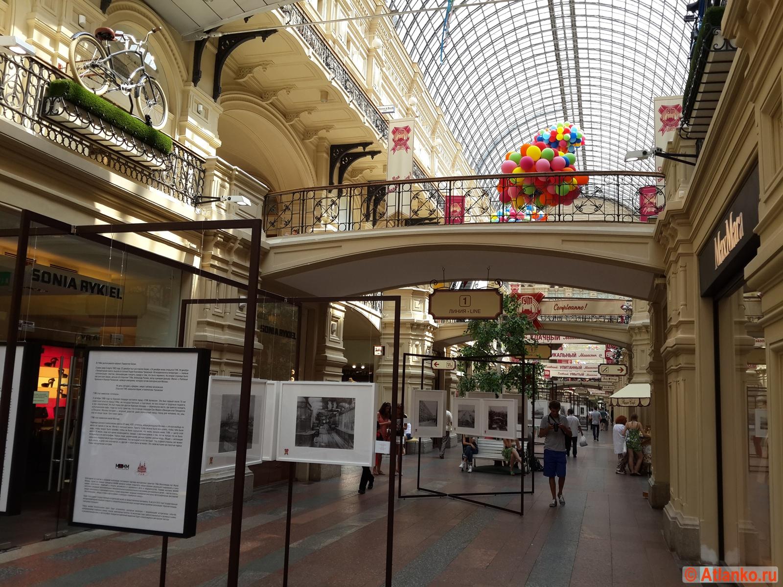 ГУМ - Главный универсальный магазин, внутренний интерьер здания. Москва. Фотография