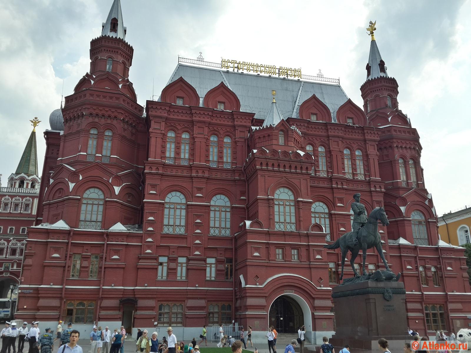 Государственный исторический музей (ГИМ), памятник Георгию Жукову. Москва. Фотография
