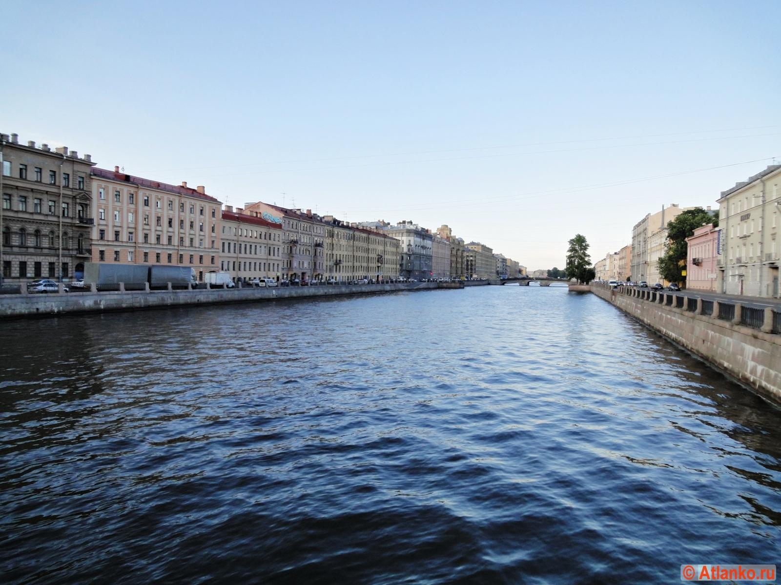 Набережная реки Фонтанки в летний вечер. Санкт-Петербург. Фотография