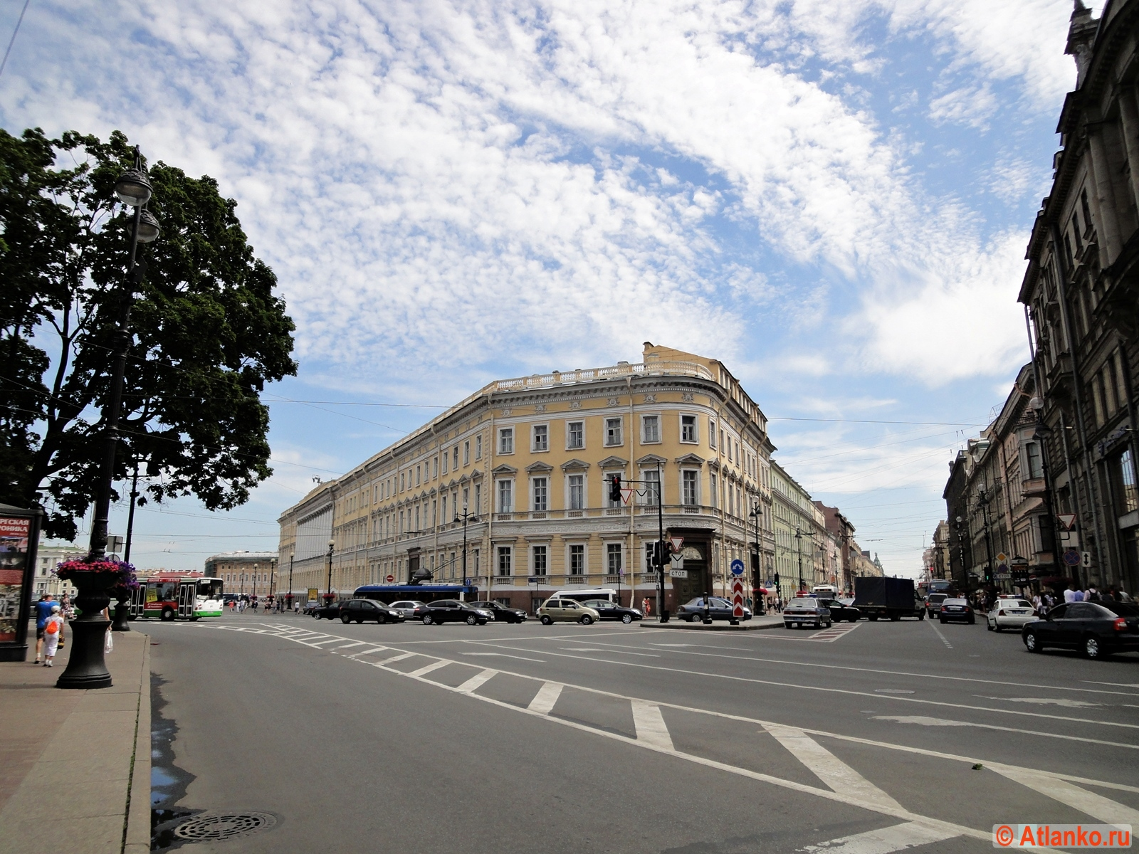 Невский проспект - главная улица Северной столицы России, начало улицы. Санкт-Петербург. Фотография