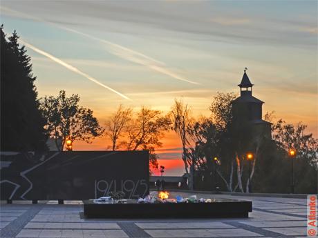 Вечный огонь в Нижегородском Кремле. Красивый закат над городом. Живая фотография