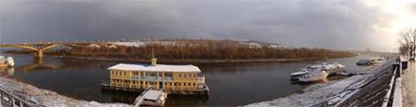 Панорама Нижнего Новгорода со стороны Нижегородской Ярмарки. Вид на реку Оку, Канавинский мост, верхнюю часть города. Нижний Новгород, октябрь 2009 года