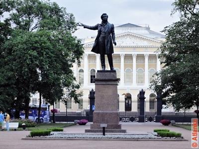 Памятник А.С. Пушкину на площади Искусств. Санкт-Петербург. Фотография
