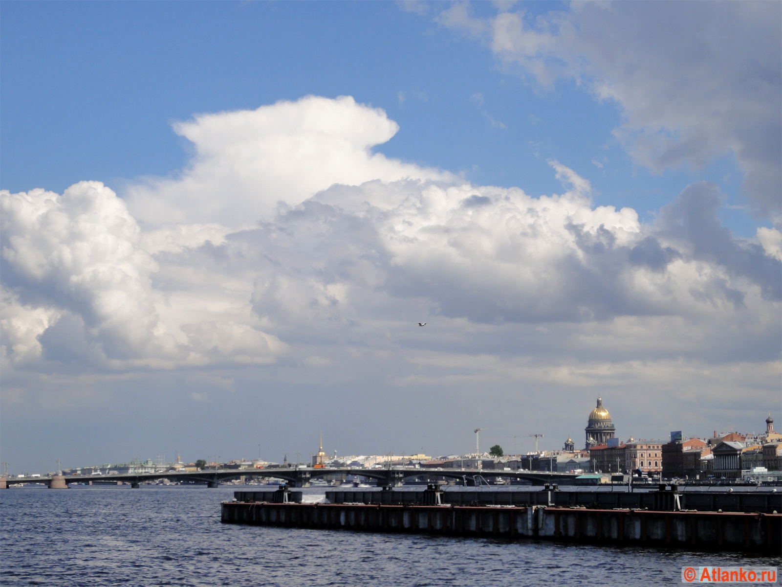 Река Нева и облака. Вид на Благовещенский мост и Исаакиевский собор. Санкт-Петербург. Фотография