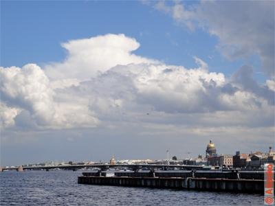 Река Нева и облака. Благовещенский мост и Исаакиевский собор. Санкт-Петербург. Фотография