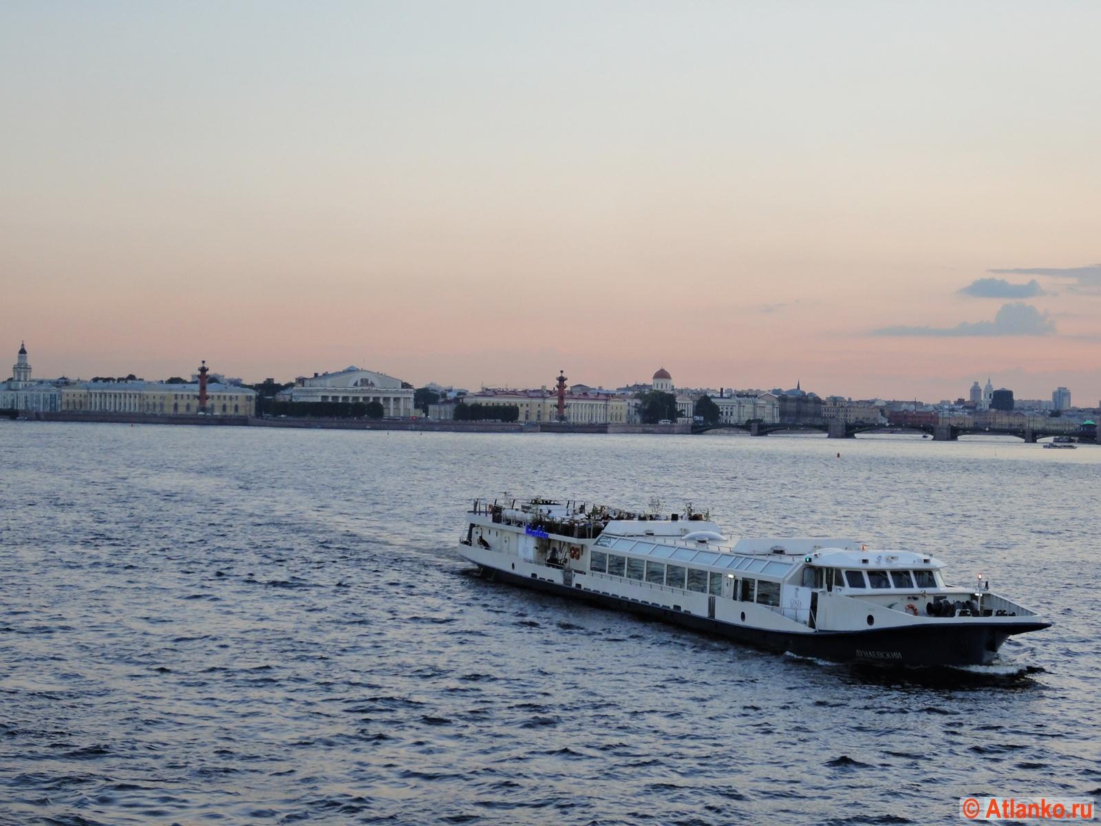 Стрелка Васильевского острова на закате. Река Нева. Санкт-Петербург. Фотография