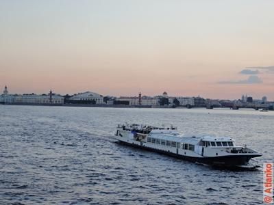 Вид на Стрелку Васильевского острова на закате. Река Нева. Санкт-Петербург. Фотография