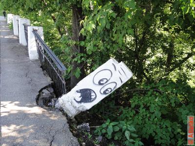 Ааа, я падаю... Смешные заборы Нижнего Новгорода, Россия. Фотография