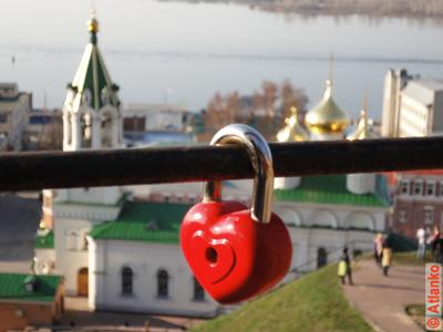 Свадебный замок (замочек счастья) в виде сердечка. Фотография
